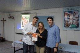 Rosi Farias e Gabriel Rezende com o livro autografado por Robson Leite